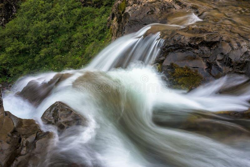 Abaixe a fase da cachoeira de Svartifoss - Islândia imagens de stock