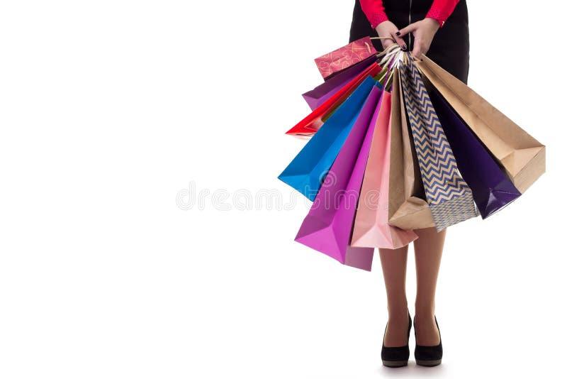 Abaixe o close-up, menina do standng que guarda sacos de papel da compra e pac fotografia de stock