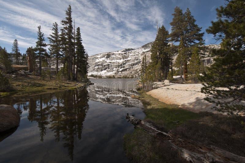Abaixe a reflexão do lago cathedral, Yosemite fotografia de stock royalty free