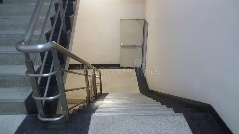 Abaixo da escada da saída de emergência dentro da construção imagem de stock royalty free