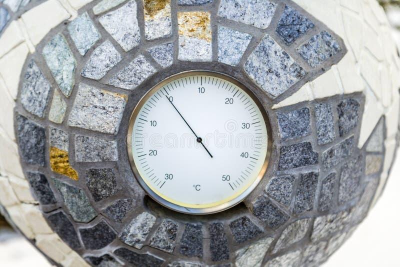 abaixo de Celsius zero de acordo com o termômetro análogo fotografia de stock royalty free