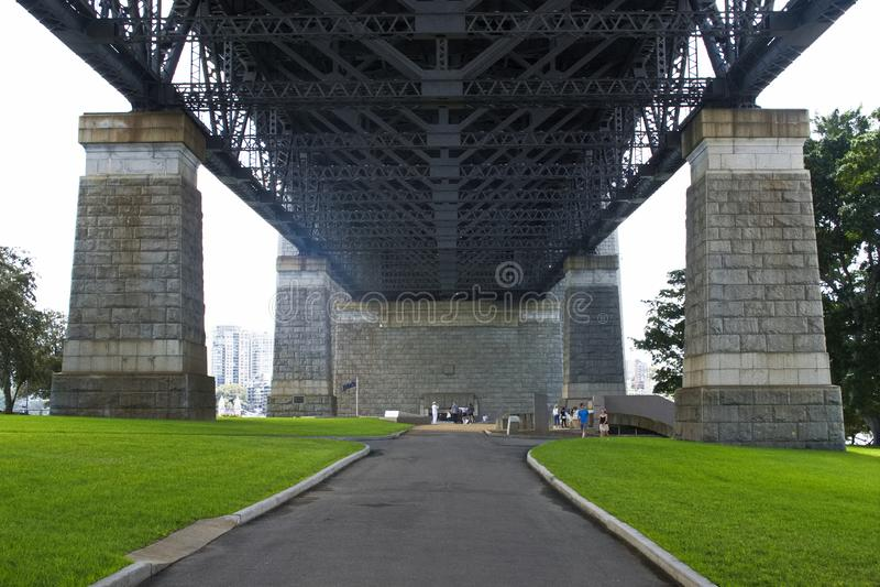 Abaixo de Sydney Harbor Bridge - a Austr?lia imagens de stock royalty free