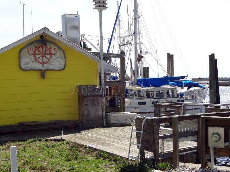 Abajo por el puerto deportivo en Southport, Carolina del Norte foto de archivo