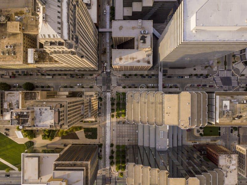 Abajo vista recta aérea de skyscapers y del paisaje urbano en Oklahom imagen de archivo