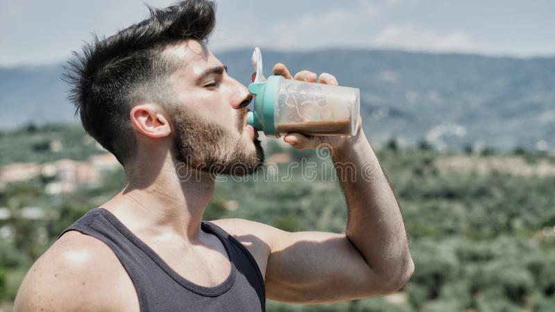 Abanador bebendo da proteína do homem do misturador imagens de stock royalty free
