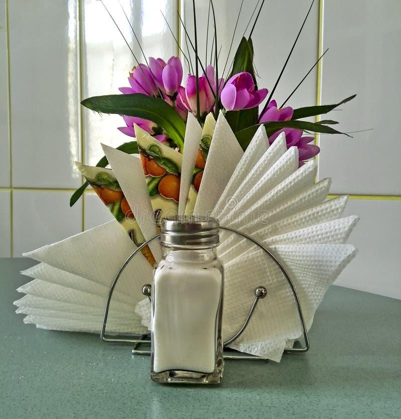 Abanador de sal com guardanapo imagens de stock royalty free