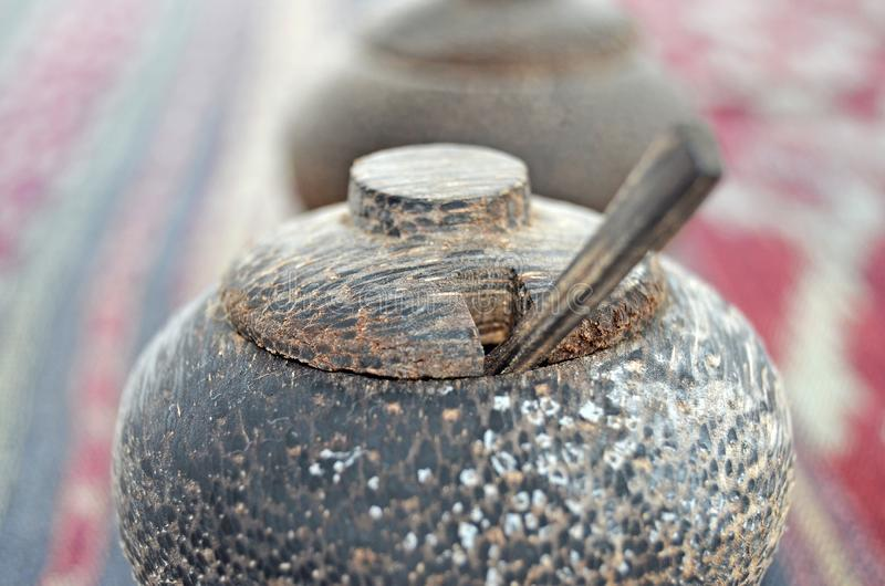 Abanador de sal de madeira Abanador de madeira da pimenta foto de stock royalty free