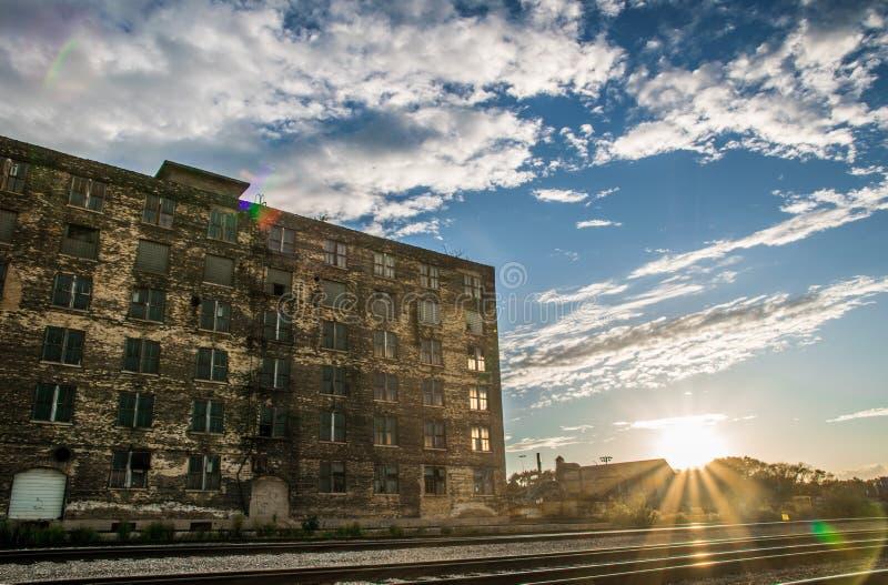 Abanded-Fabrik in der Stadt lizenzfreie stockbilder
