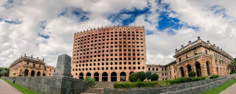 Abandonó el edificio de la posguerra del gobierno en Sujumi imagenes de archivo