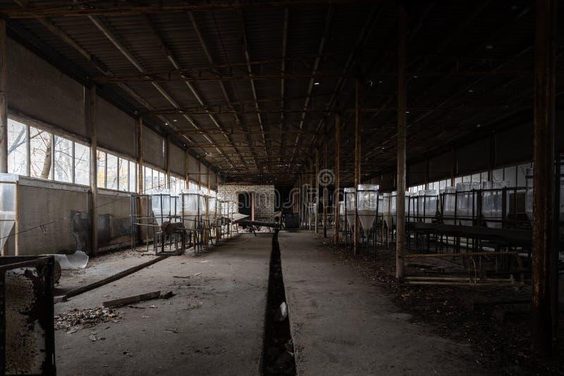 Abandon de l'intérieur industriel avec réservoirs de reproduction photo libre de droits