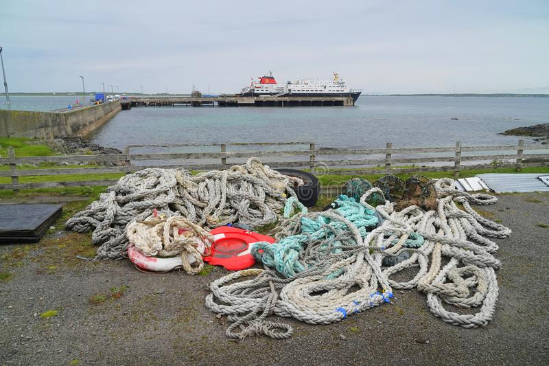 Abandonado amarrando cordas no terminal de balsa fotos de stock