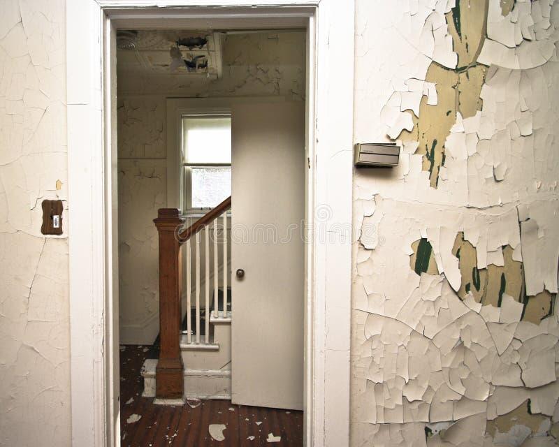 Abandonado a casa imagenes de archivo
