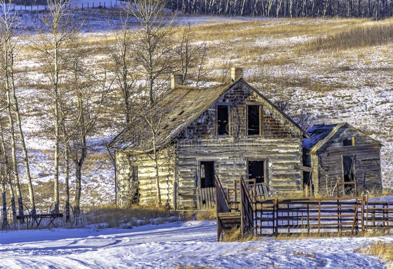 Abandonado a casa en invierno imagen de archivo