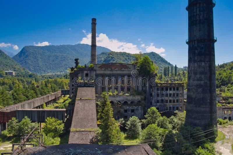 Abandonado, destruído pela guerra e pelo central elétrica coberto de vegetação de Tkvarcheli, a Abkhásia, Geor foto de stock