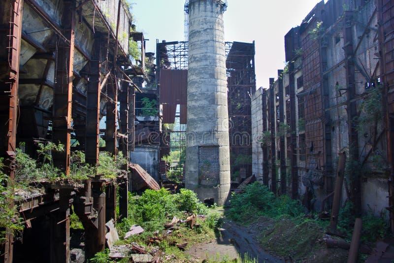 Abandonado, destruido por guerra y la maquinaria overgrown de la central eléctrica de Tkvarcheli fotografía de archivo
