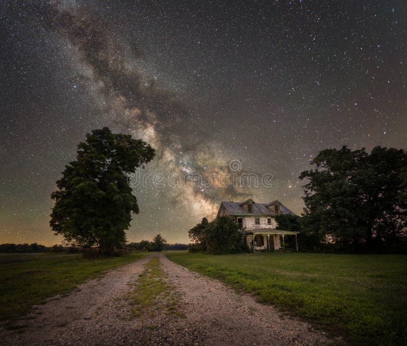 Abandonado em casa sob a galáxia da Via Látea imagem de stock royalty free