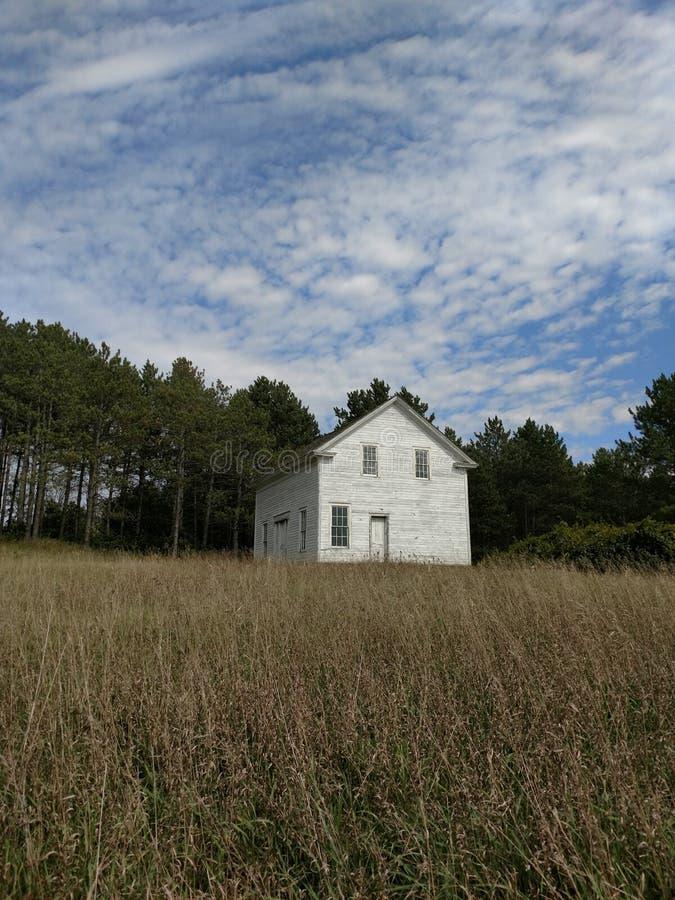 Abandonado pouca casa na pradaria fotografia de stock