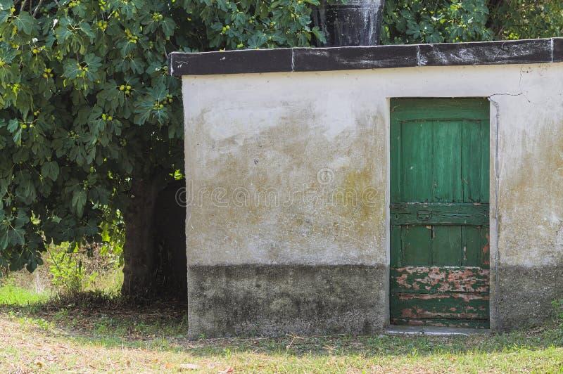 Abandonado pouca casa no campo italiano fotografia de stock royalty free