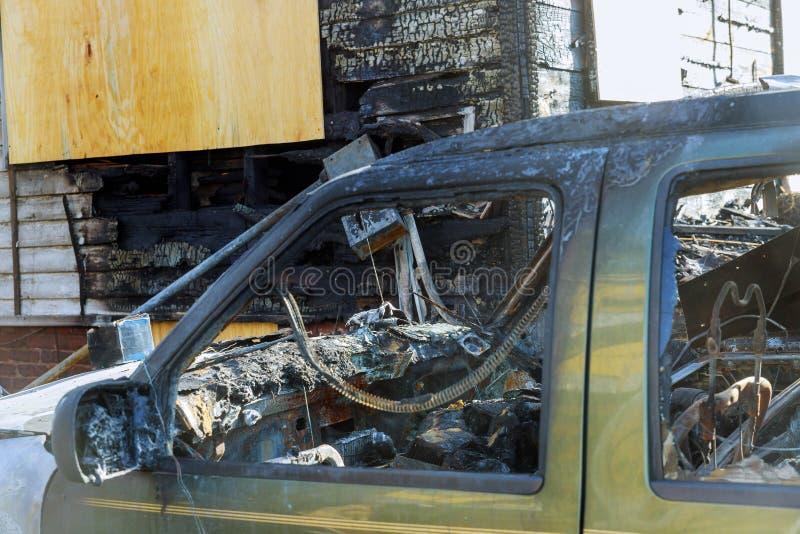 Abandonado queimado abaixo do carro após uma explosão, pronta para ser desfeito imagem de stock