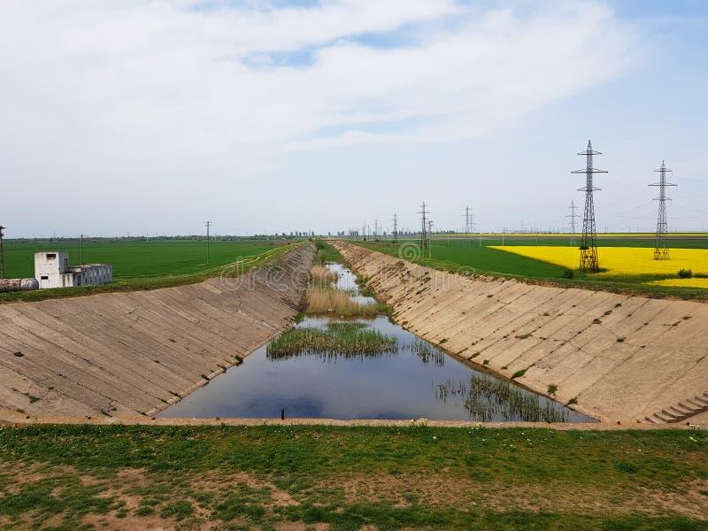 Abandonat agrícola abandonado do irigatii do canal do canal do irrirgation imagem de stock