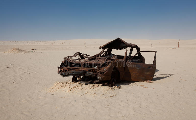 Abandondendauto in Sahara Desert stock foto