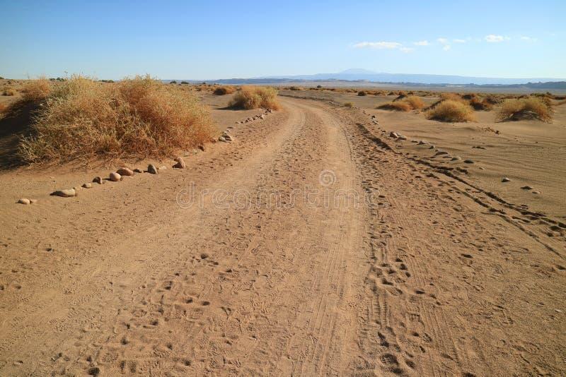 Abandone el camino en el sitio arqueológico de Aldea de Tulor, desierto de Atacama, Chile imagenes de archivo