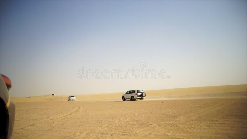 Abandone el safari SUVs que golpea a través de las dunas de arena árabes Viaje de SUV a través del desierto árabe fotografía de archivo libre de regalías