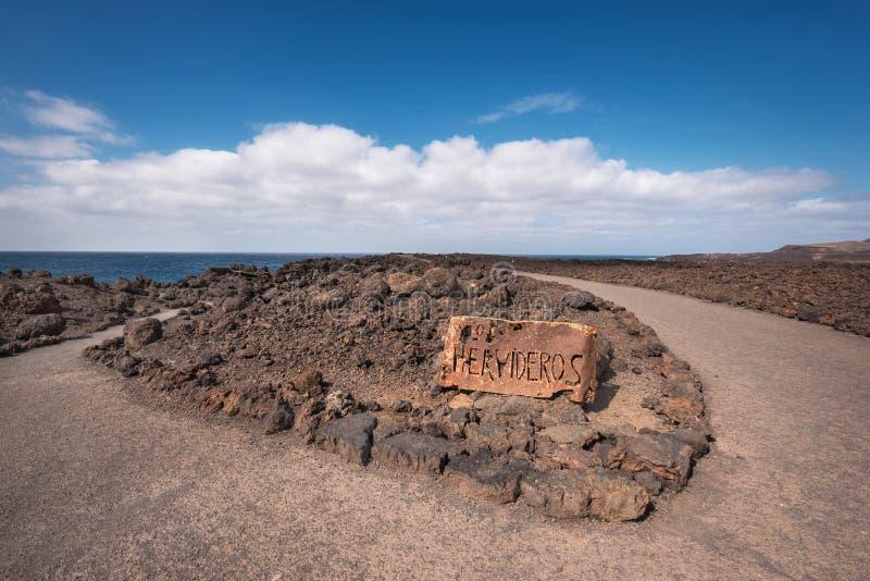 Abandone a paisagem vulcânica com oxidado assinam dentro Los Hervideros, Lanzarote, Ilhas Canárias, Espanha fotos de stock