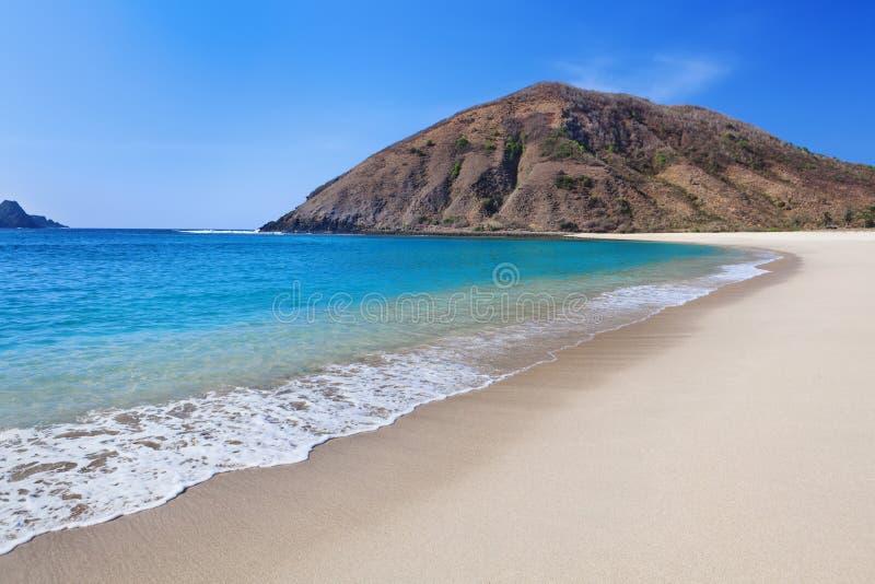 Abandone a praia branca da areia na baía Mawun do oceano em Lombok fotos de stock