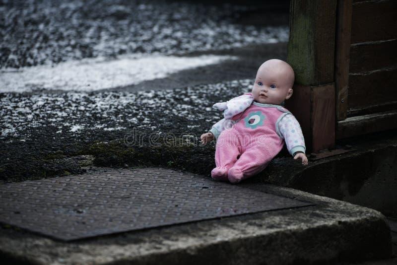 Abandoned behandla som ett barn - dockan på gatan eyes den härliga kameran för konst mode som fulla kanter för glamourgreentangen royaltyfri foto
