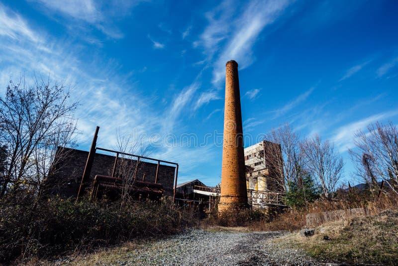 Abandoned fördärvade växten för förstärkt betong i Abchazien arkivbilder