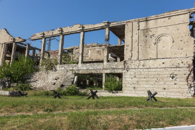 Abandoned förstörde av explosionen som bombarderar och beskjuter den förstörda byggnaden Hål från skal, spår av kulor och spjälka arkivbilder