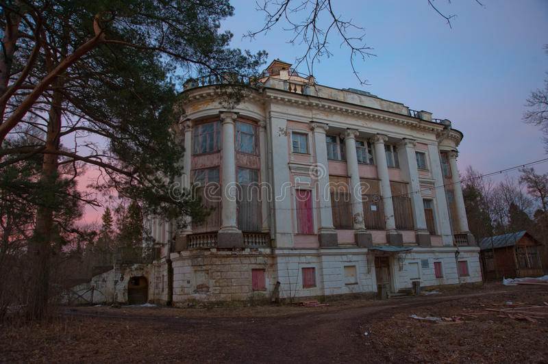 An abandoned old mansion in russia an abandoned old for Building an estate