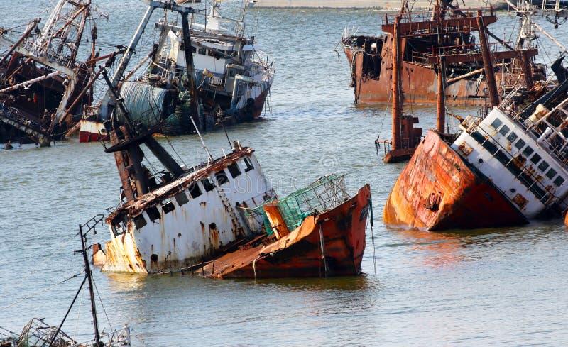 Abandoneold rostigt skepp i porten av Montevideo, Uruguay arkivfoto