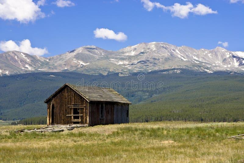 Abandonné à la maison à la base du Mt. massive photo libre de droits