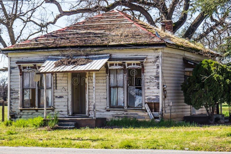Abandonné à la maison dans le délabrement image stock