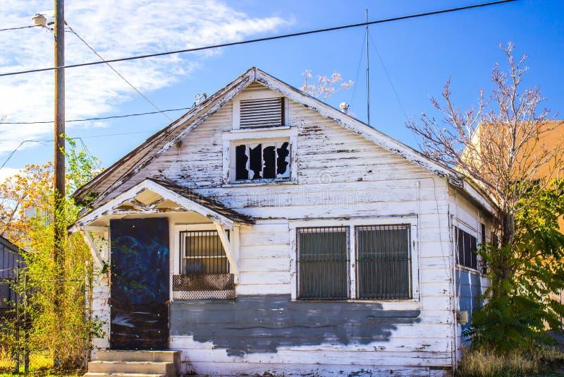Abandonné à la maison dans le délabrement avec Windows barré photos libres de droits
