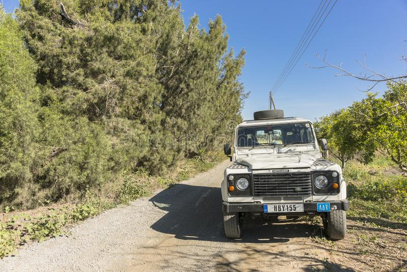 Abandonné et videz la route et la jeep photographie stock libre de droits