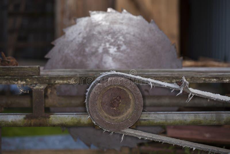 Abandonné, scie de circulaire pour le bois images libres de droits