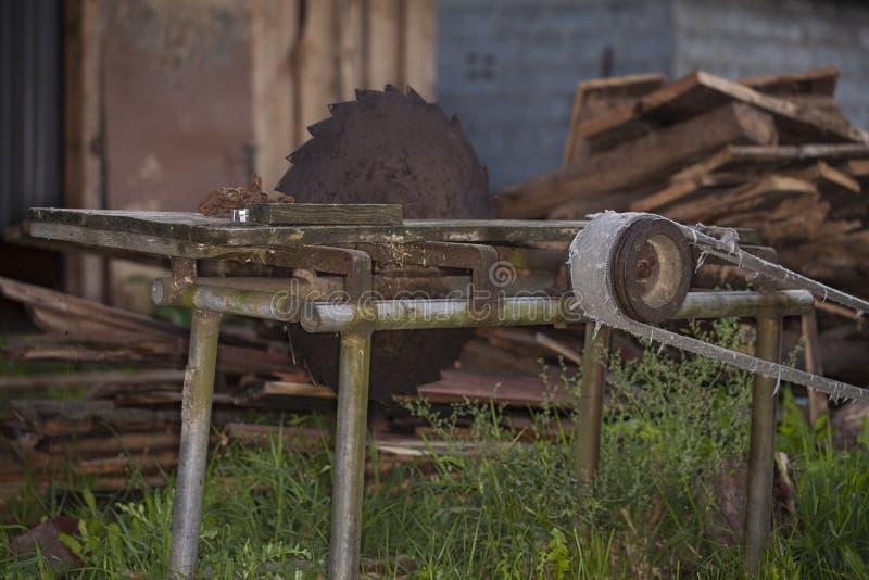 Abandonnée, scie de circulaire pour le bois, image stock