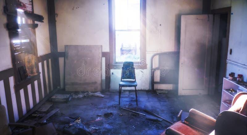Abandonnez la pièce dans la chaise centrée vieille par Chambre maltraitée avec les faisceaux lumineux lumineux photos libres de droits
