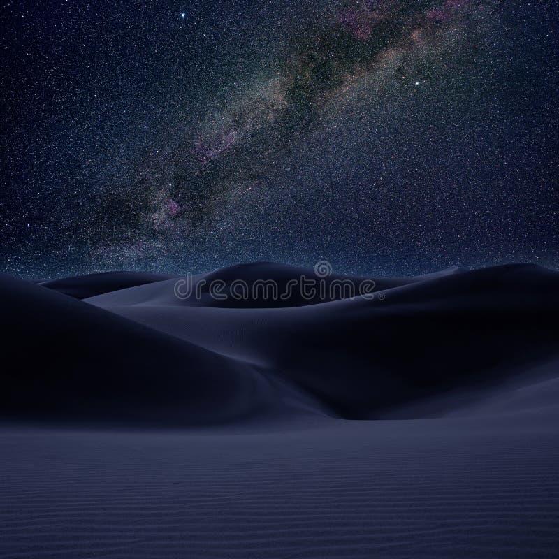 Abandonnez le sable de dunes dans la nuit d'étoiles de voie laiteuse images stock