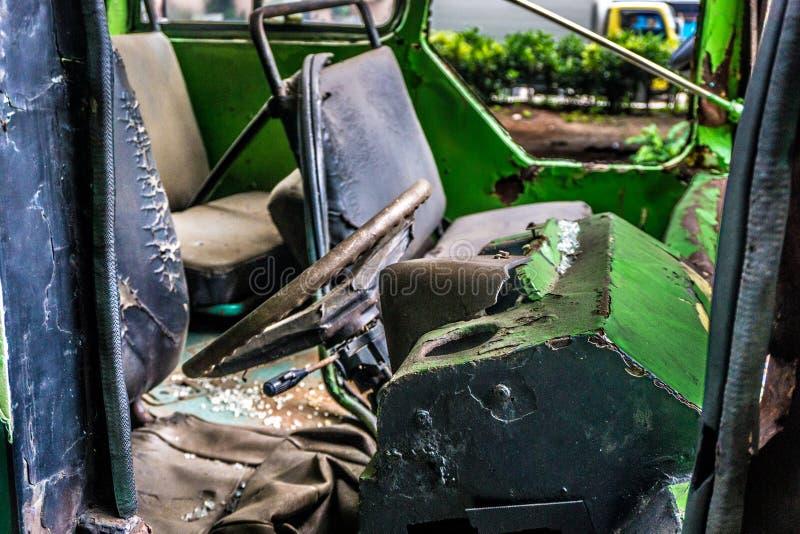 Abandono oxidado jakarta recolhido foto Indonésia do naufrágio do ônibus da direção imagem de stock royalty free