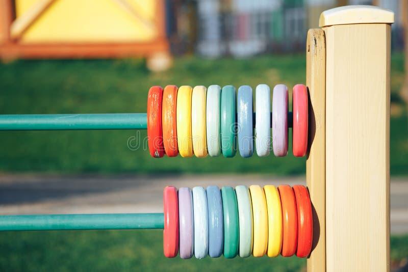 Abaque en bois de couleur Cercles en bois colorés sur le terrain de jeu image stock