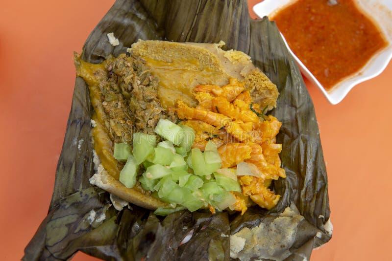 Abara, alimento brasileiro na folha da banana foto de stock