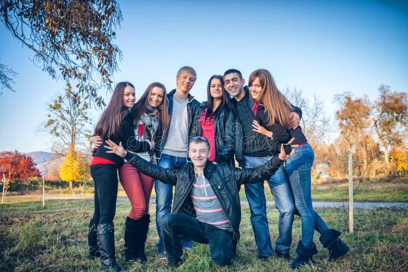 Abarcamiento adolescente del grupo fotos de archivo libres de regalías
