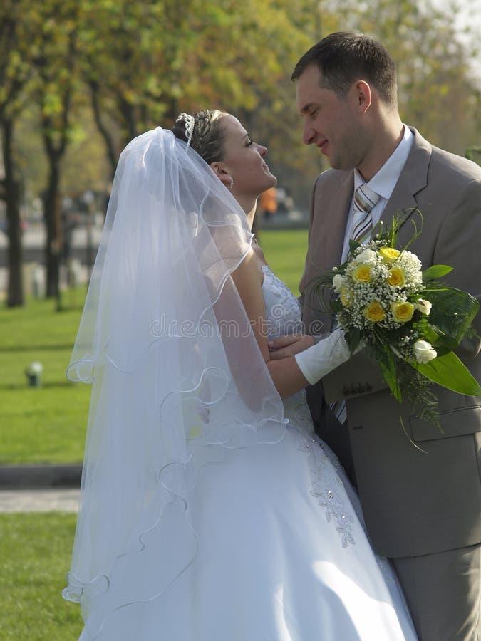 Abarcamiento apenas casado en parque imágenes de archivo libres de regalías