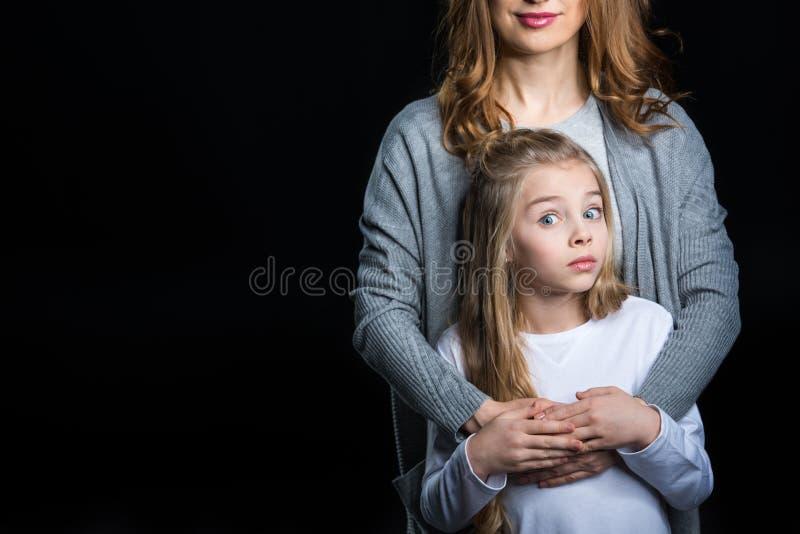 Abarcamiento de la madre y de la hija fotos de archivo