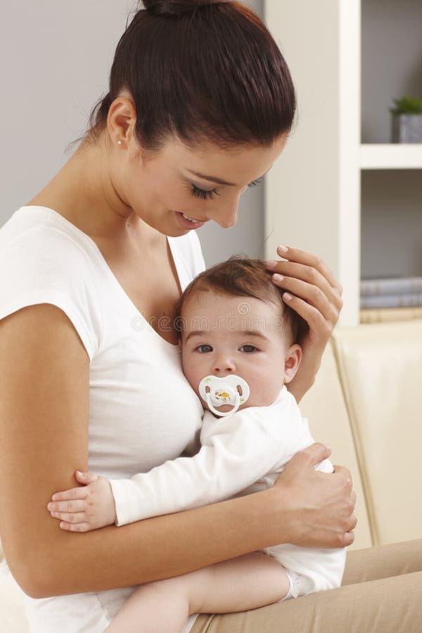 Abarcamiento de la madre y del bebé fotografía de archivo libre de regalías