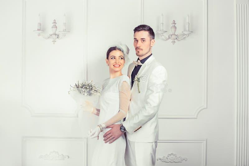 Abarcamiento de recienes casados en ropas lujosas fotos de archivo